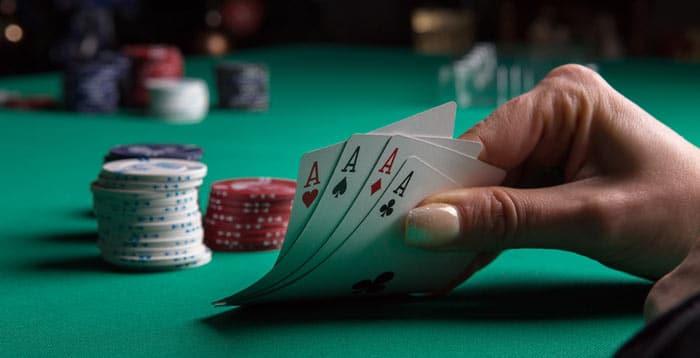 Pokertisch mit Karten und Chips während eines Spiels
