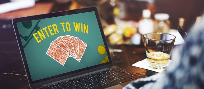 Laptop auf dem ein Online-Casino zu sehen ist